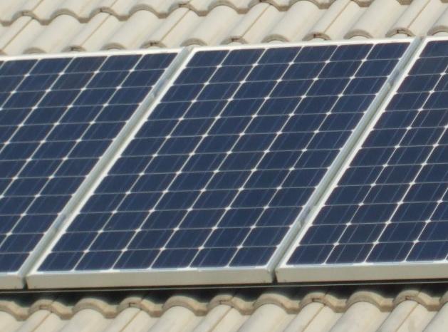 Napelemtáblák a tetőn - Napelem, HMKE
