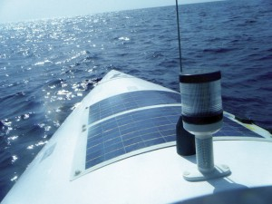 Flexi-PV napelem és az óceán - illusztráció - Hordozható, nagyteljesítményű Napelemes töltők
