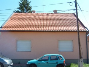 Adva van egy felújított szerkezetű tető