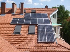 Az ikerház déli részének tetejére felkerültek az egységcsomagban vásárolt napelemek