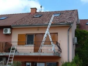 Tetőablakok körül a lehető legtöbb napelem telepítése; sok cserepet megmozgattunk