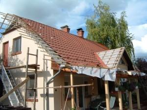 A tetőátrakás (-áthajtás) során az ácsokkal együttműködve rögzítettük a síntartó konzolokat