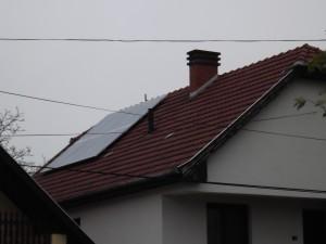 Meredek, magas, cserepes tetőre, Fronius inverterrel. Más szögből készült felvétel.