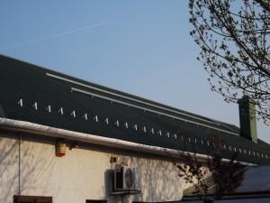Trapézlemez tetőre egyedileg készített tartókra helyeztük a síneket