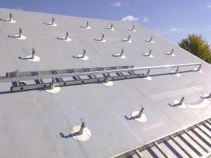 Utólagosan szigetelt, PVC borítású tetőre a tulajdonos készíttette a tartókonzolokat.