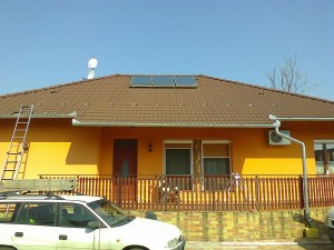 A napelemek és a régi kollektor jól megfér itt is egymás mellett.