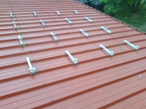 A szendvicsapaneles tetőre speciális rögzítési módszert használtunk.