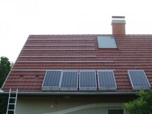 A napelemtáblák rendezett sorokban várják, hogy a helyükre kerüljenek