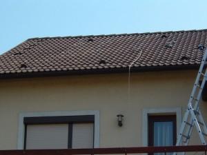 A délnyugati fekvésű tetőre 12 napelemtáblát szántunk, eszerint telepítettük a konzolokat is